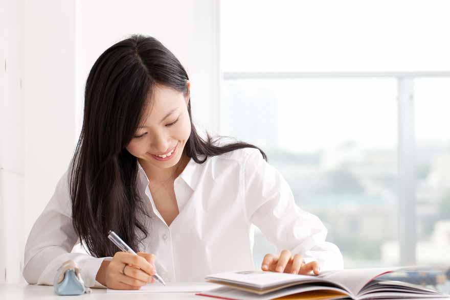 Junge Studentin beim Nachbereiten von Vorlesungsstoff.
