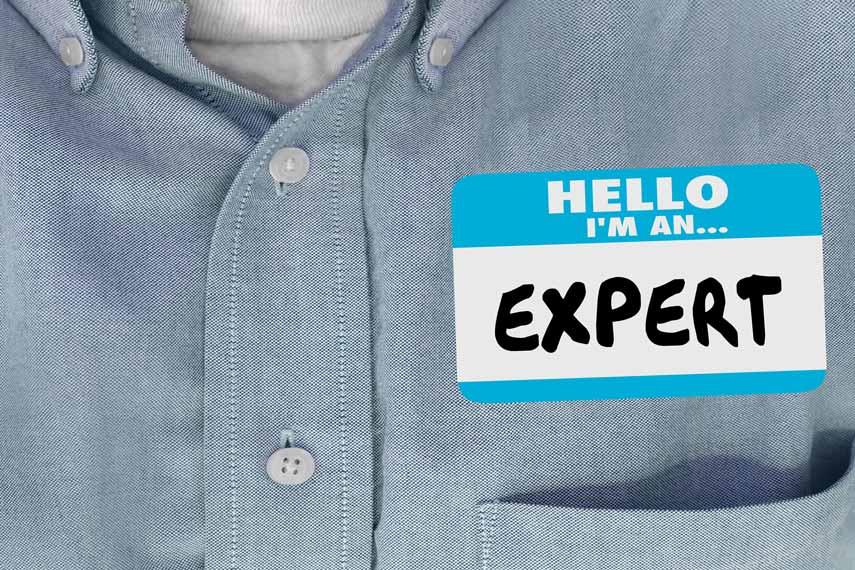 """Eine Person mit Namensschild auf dem """"EXPERT"""" geschrieben steht."""