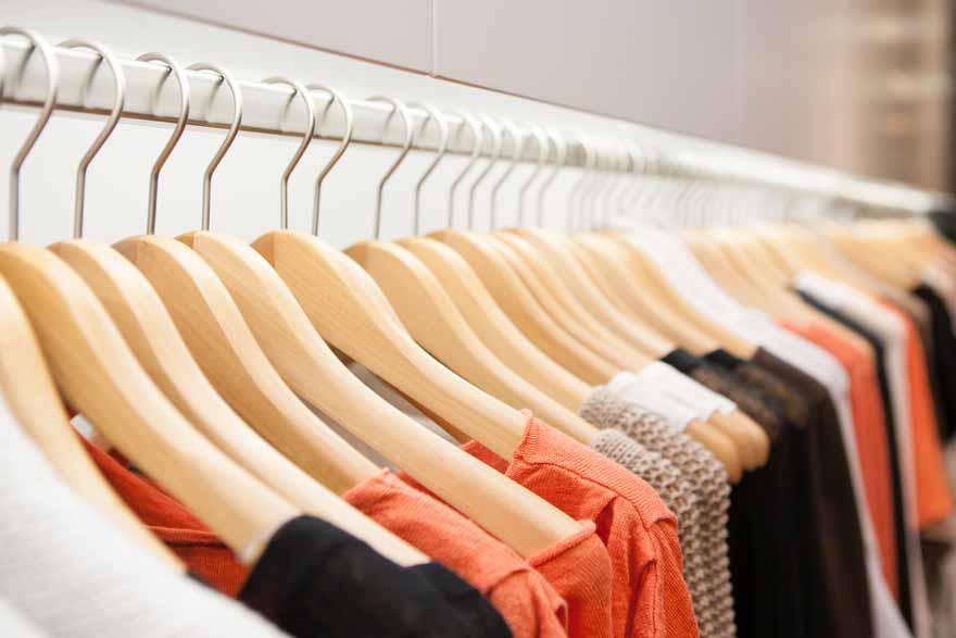 Einblick in den Kleiderschrank einer Frau.