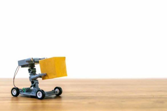 Ein Lieferroboter bringt ein Paket