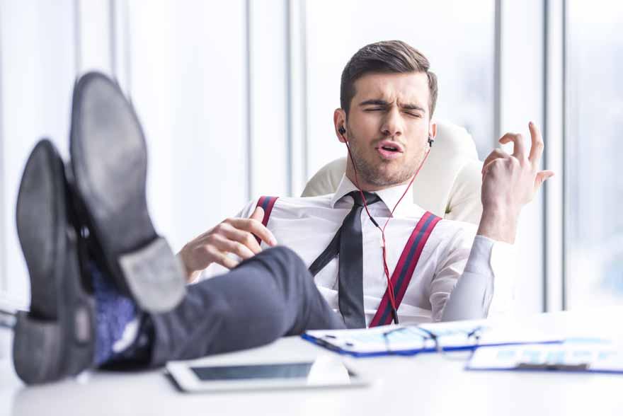 Ein Mitarbeiter hört Musik in seinem Büro.