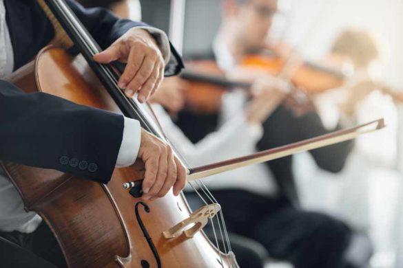 Nahaufnahme eines Cellos im Orchester.