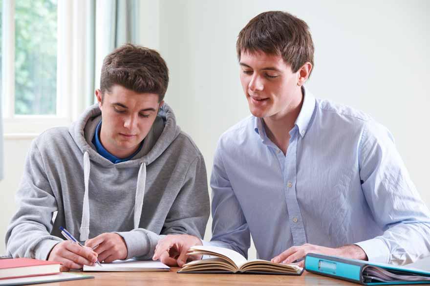 Student gibt einem Noob Nachhilfe.