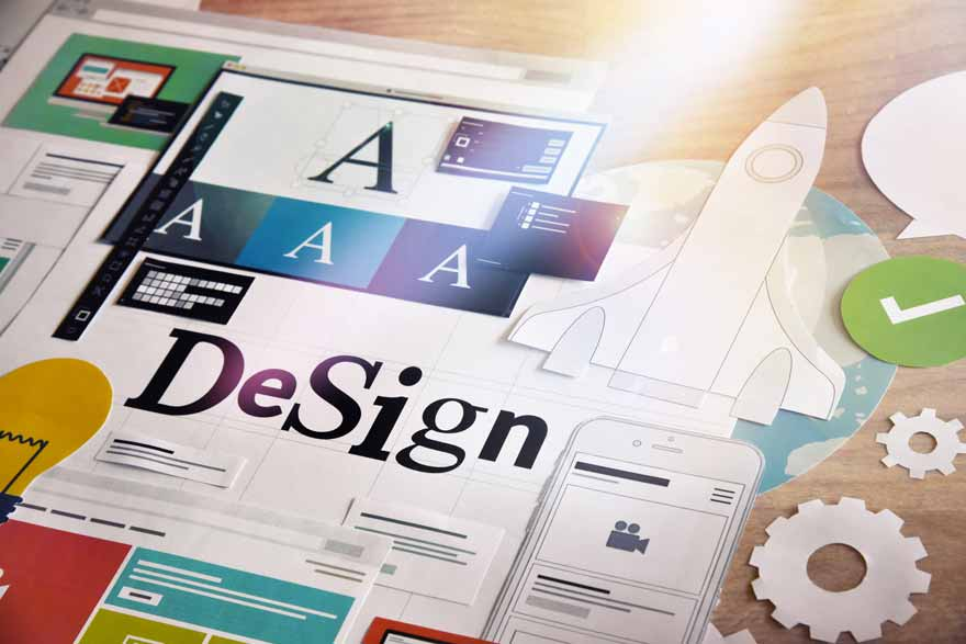 UI/UX Designprozess dargestellt mit ausgeschnittenen Elementen die auf einem Schreibtisch liegen.