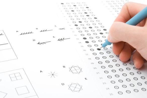 Jemand füllt mit blauem Stift in der Hand eine Aufgabe eines IQ-Tests aus