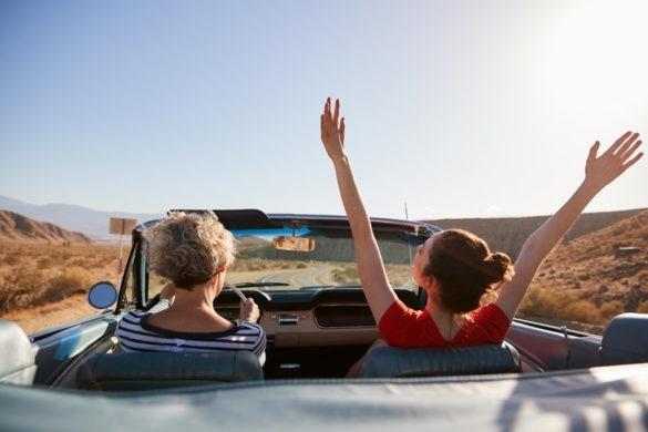 Mutter und Tochter machen einen Roadtrip im Cabrio