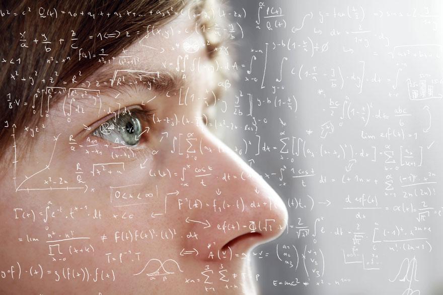 Nahaufnahme eines männlichen Gesichts mit mathematischen Formeln im Vordergrund
