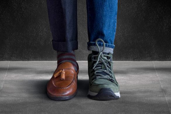 Rechter Fuß in schickem Businesslook neben linkem Fuß in bequemem Freizeitlook