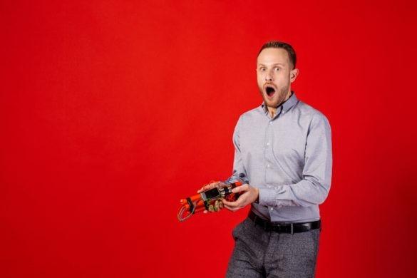 HR-Manager hält eine Zeitbombe in der Hand.