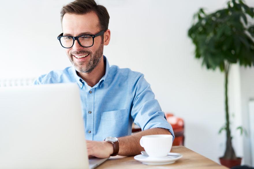 Bekannter Technology Evangelist schreibt Online-Beiträge auf seinem Laptop