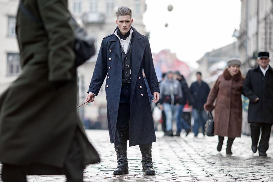 Ein böse dreinblickender Magier mit dunklem Mantel läuft mit seinem Zauberstab durch die Fußgängerzone als würde er etwas im Schilde führen