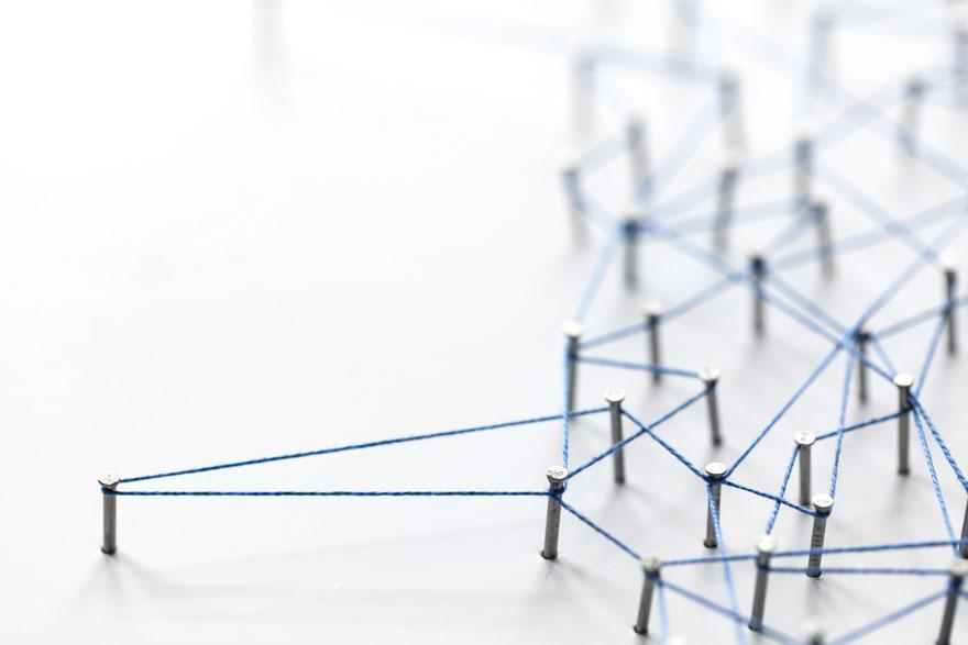 Silicon Valley Business Netzwerk dargestellt durch blauen Faden und Nägel