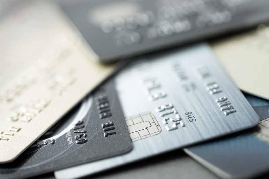 Ein Stapel EC- und Kreditkarten in verschiedenen Farben.