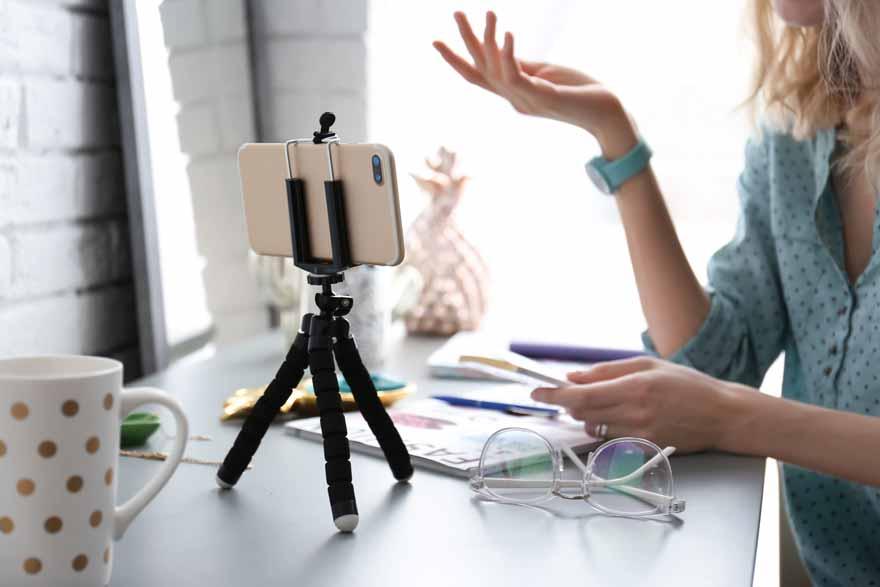 Junge Bewerberin nimmt ein Bewerbungsvideo mit ihrem Handy auf