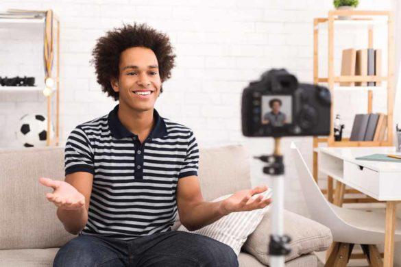 Ein junger Bewerber nimmt zuhause ein Bewerbungsvideo auf.