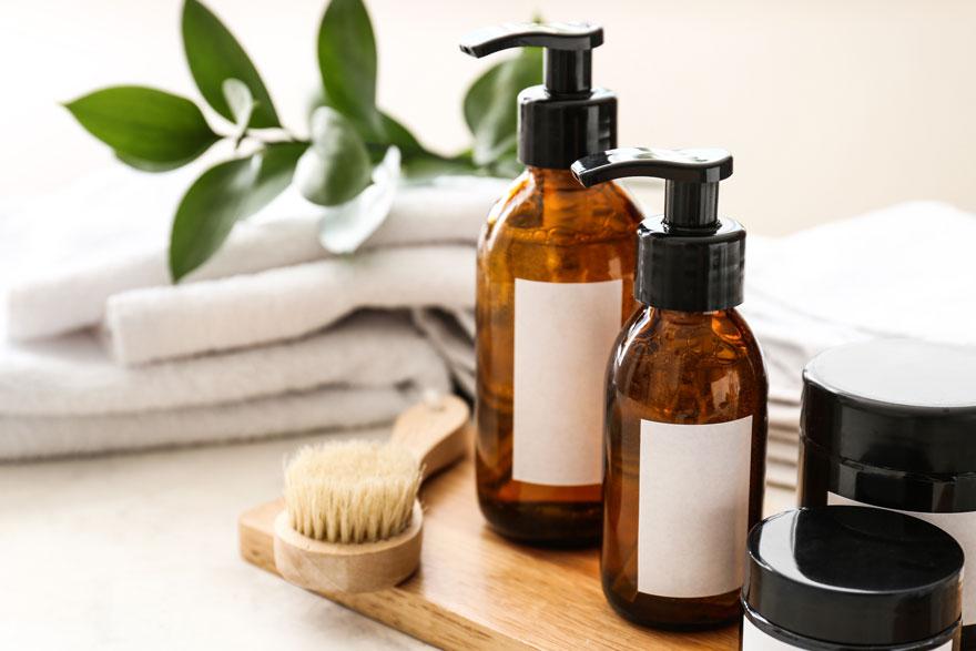 Körperpflegeset bestehend aus Pumpten, Töpfen, Massagebürste und Handtüchern