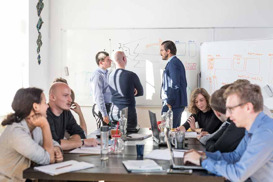 Mitarbeiter verschiedener Abteilungen kommen zu einem User Experience Workshop zusammen
