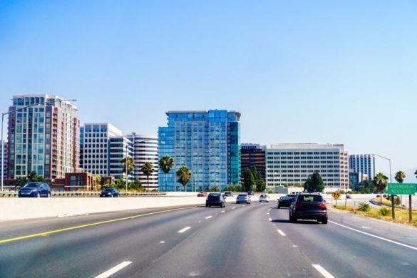 Straßenzufahrt zur Skyline von San Jose im Silicon Valley
