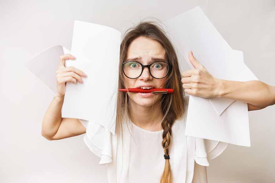 Eine verzweifelte Studentin in der stressigen Lernphase.