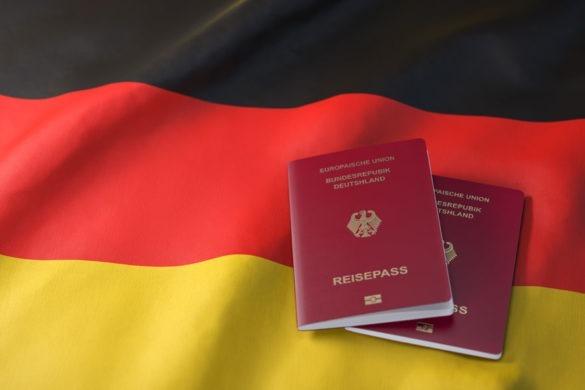 Zwei deutsche Reisepässe auf einer deutschen Flagge