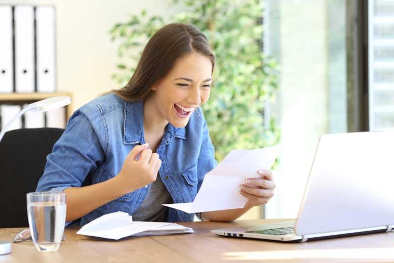 Studentin macht ihre Steuererklärung und freut sich.
