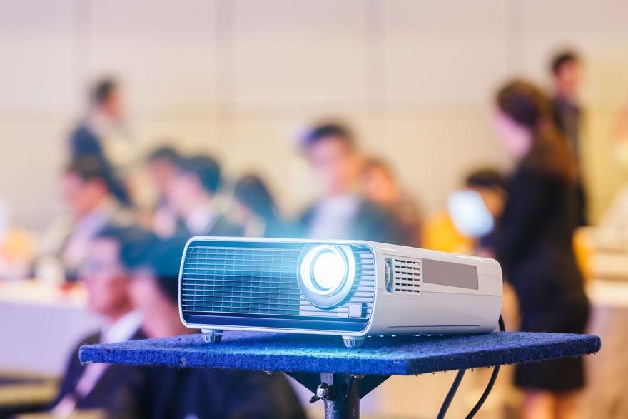 """Ein Beamer, im Englischen auch """"projector genannt""""."""