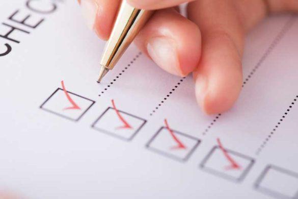 Checkliste für das Vorstellungsgespräch wird von einem Bewerber abgehakt.