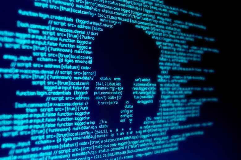 Totenkopf geformt aus Code als Symbol für einen Hackerangriff.