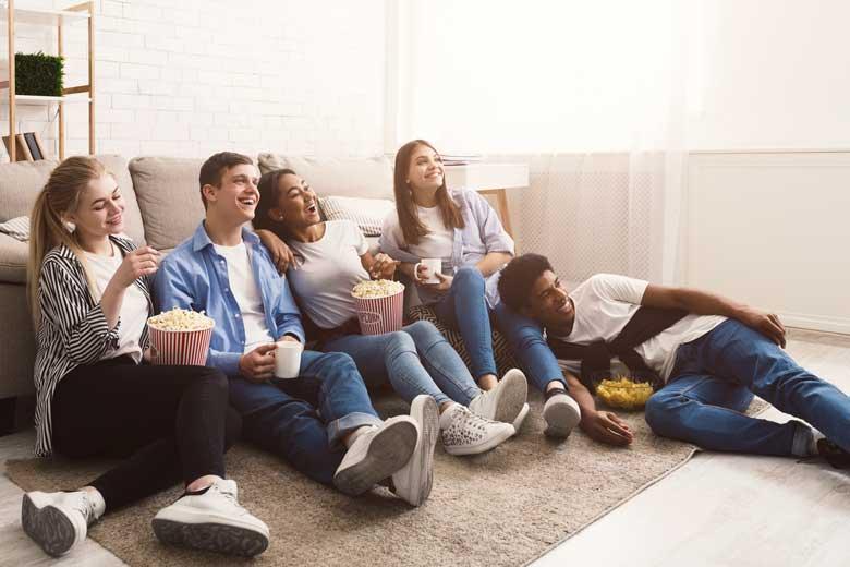 Studenten schauen einen Film