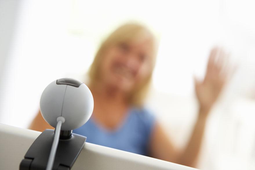 Unscharf dargestellte Bewerberin gestikuliert vor ihrer Webcam auf dem Bildschirm