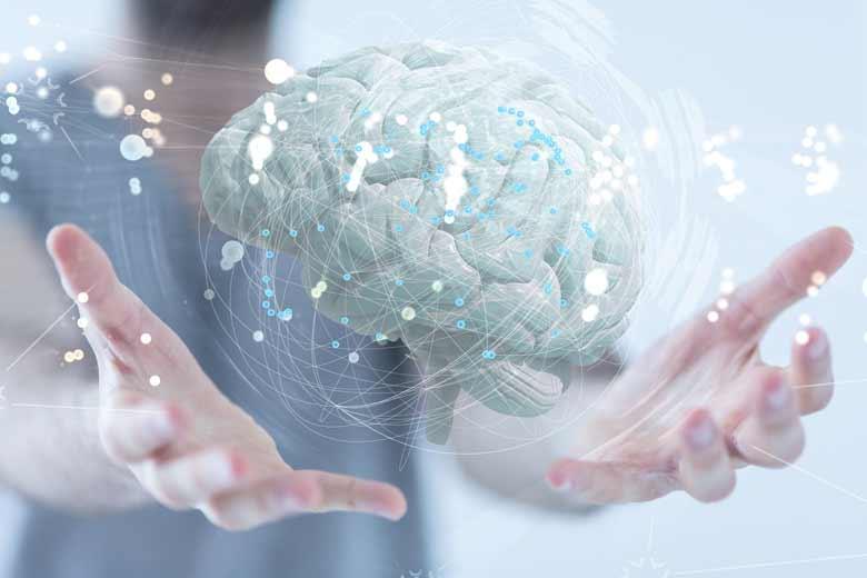 Schwebendes Gehirn-Hologramm und mensschliche Hände die es halten.