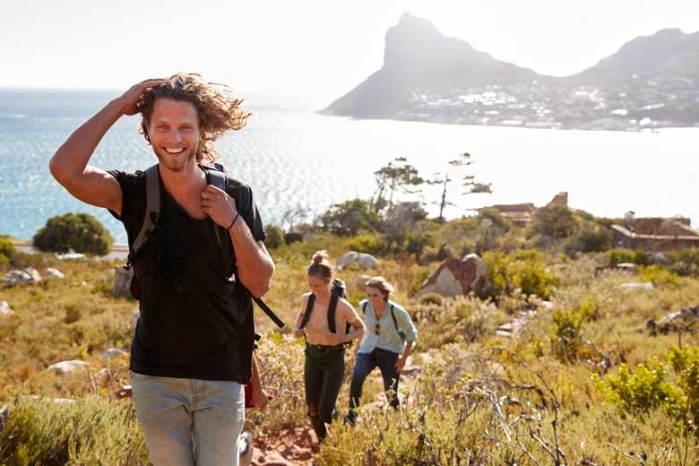 Junger Mitarbeiter während seines Urlaubs an der spanischen Küste.