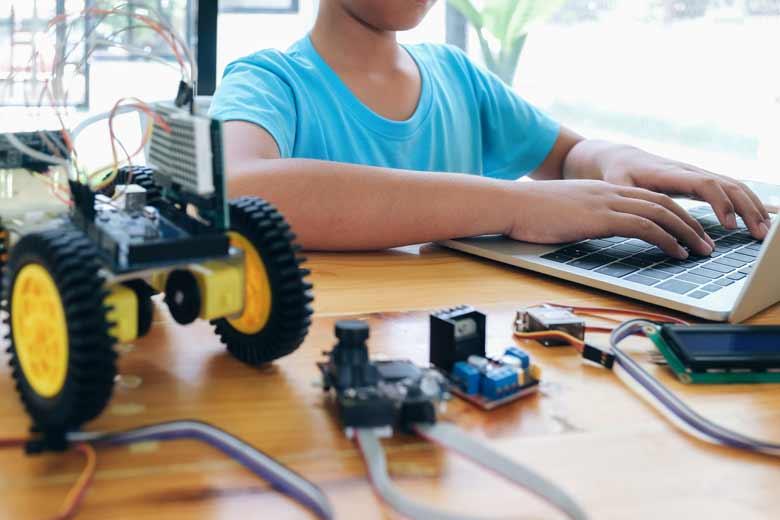 Kleines Mädchen lernt Programmieren mit einem Raspberry Pi.