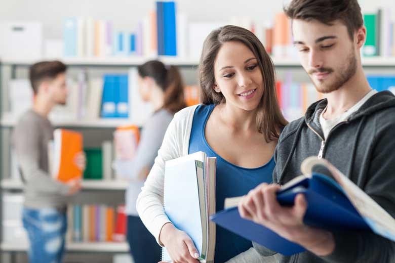 Kommilitonen treffen sich in der Unibibliothek zum lernen.