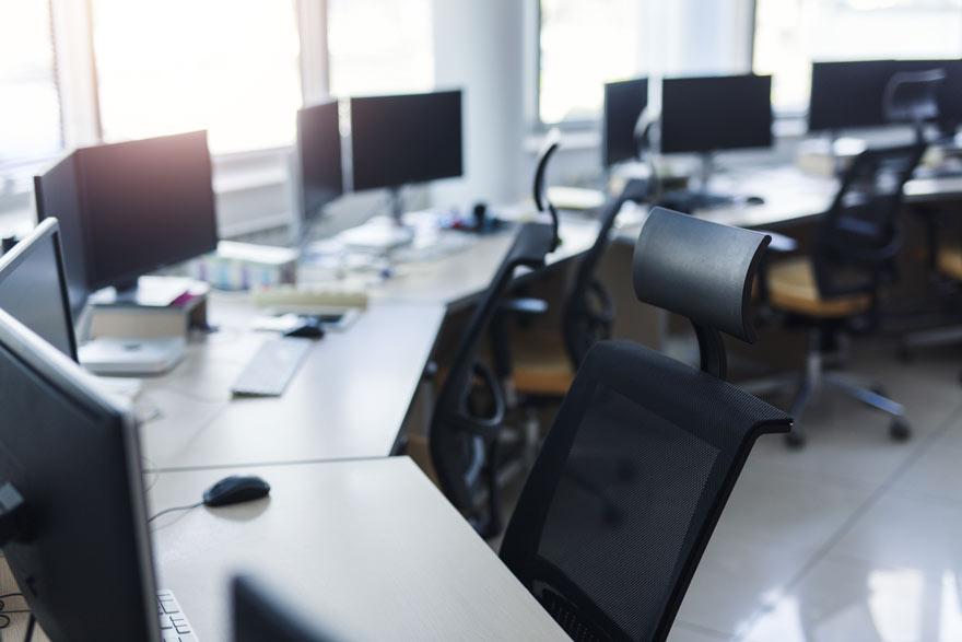 Leerer Arbeitsplatz in einem Unternehmen als Sinnbild für eine nicht besetzte Vakanz.