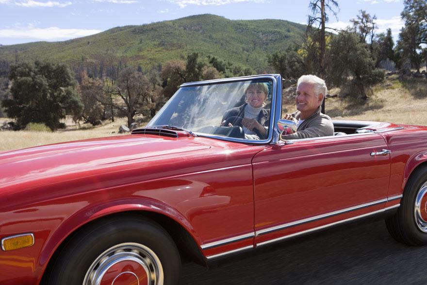 Zwei Oldtimer fahren einen Oldtimer.
