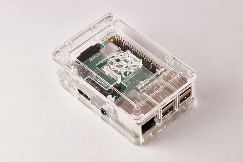 Raspberry Pi Platine mit Gehäuse vor weißem Hintergrund