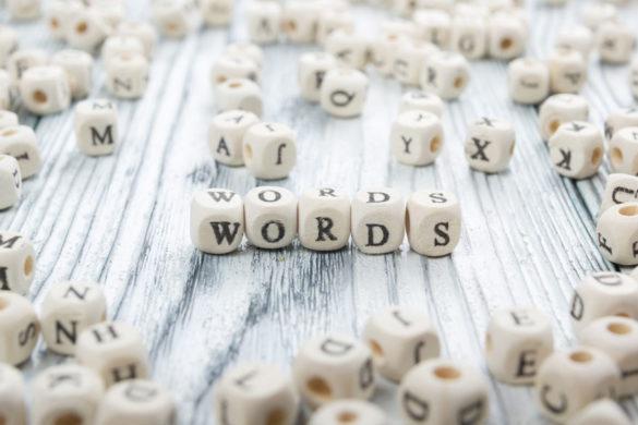 Würfel auf dem Words geschrieben steht.