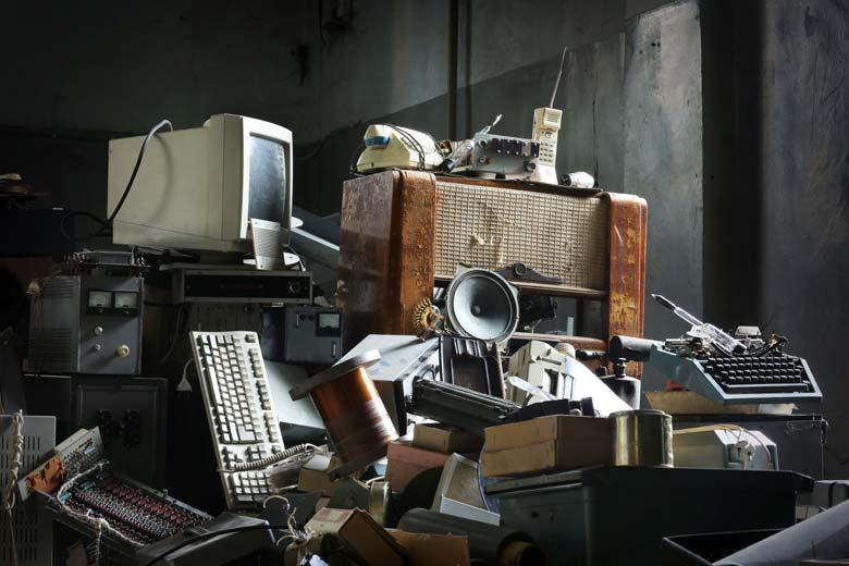 Alte Computer und andere elektronische Kleinteile.
