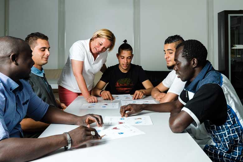 Eine Gruppe Geflüchteter bei einem Deutschkurs