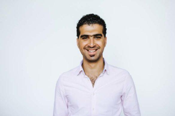 Fröhlicher und selbstbewusster Mann aus Syrien.