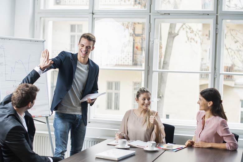 Junge IT-Experten bei einem lockeren Meeting.
