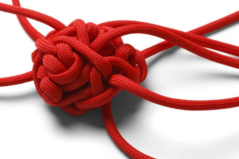 Ein Knotenkneul aus rotem Seil.