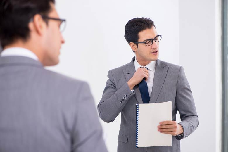 Nervöse Führungskraft vor Vorstellungsgespräch