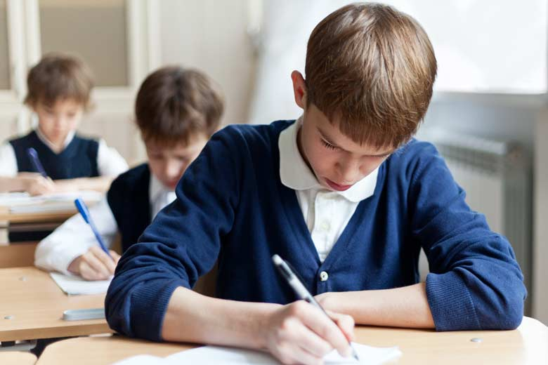 Junger Schüler während eines Mathetests