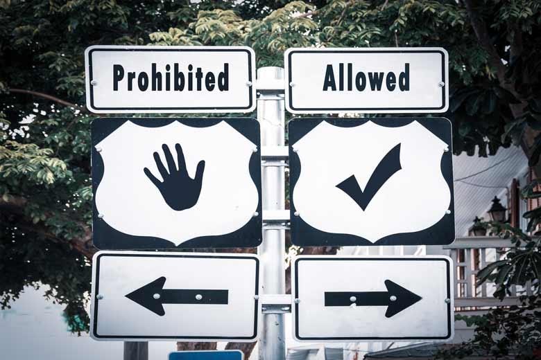 Straßenschilder auf denen Prohibited und Allowed steht.