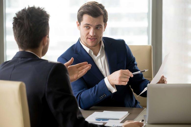 Personaler stellt Fragen während eines Vorstellungsgesprächs