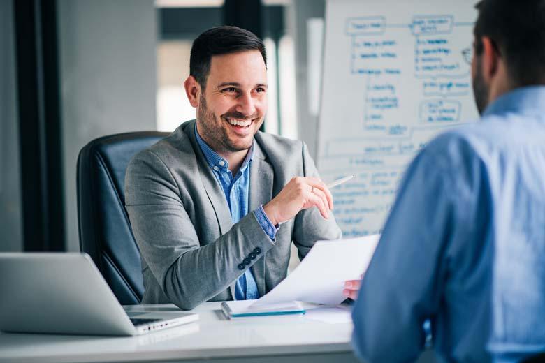 Personaler und Bewerber im lockeren Vorstellungsgespräch