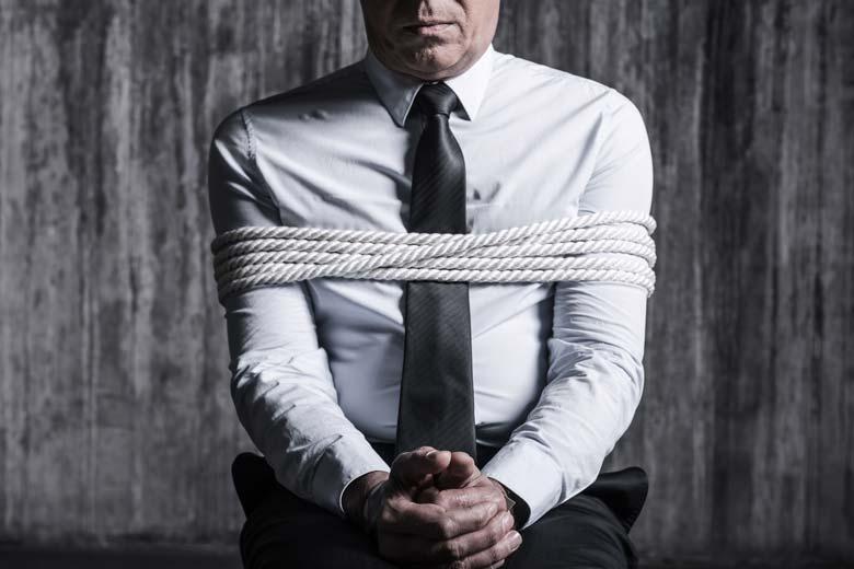 Gefesselter Saboteur mit Krawatte