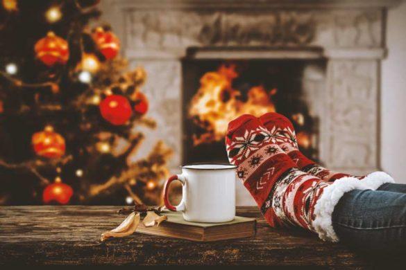 Gemütliche. weihnachtliche Szene vor dem Kamin